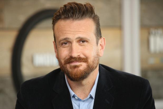 hombre con barba abultada sonriendo ligeramente