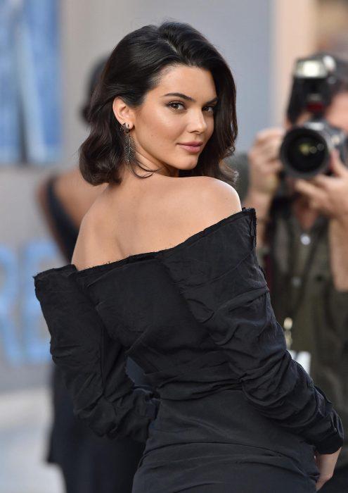 Chica de cabello corto, negro y lacio con un vestido negro