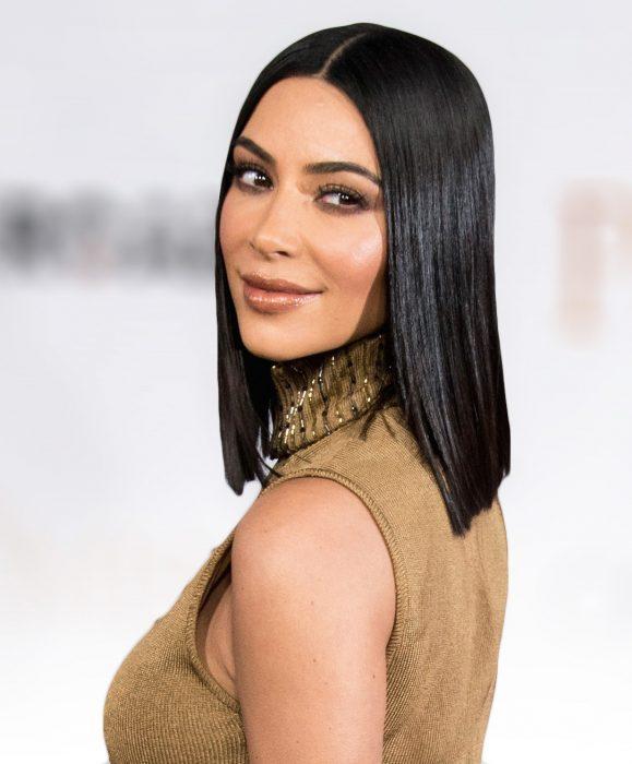 Chica de cabello corto, negro y lacio con un vestido beige