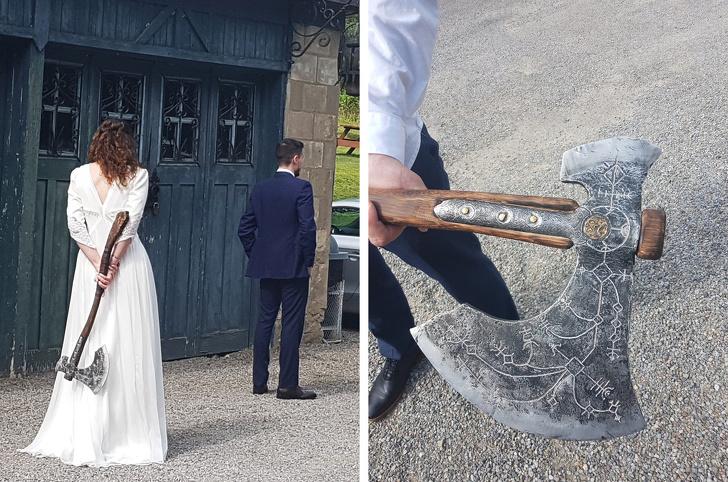 Novia regalando una hacha a su novio el día de su boda