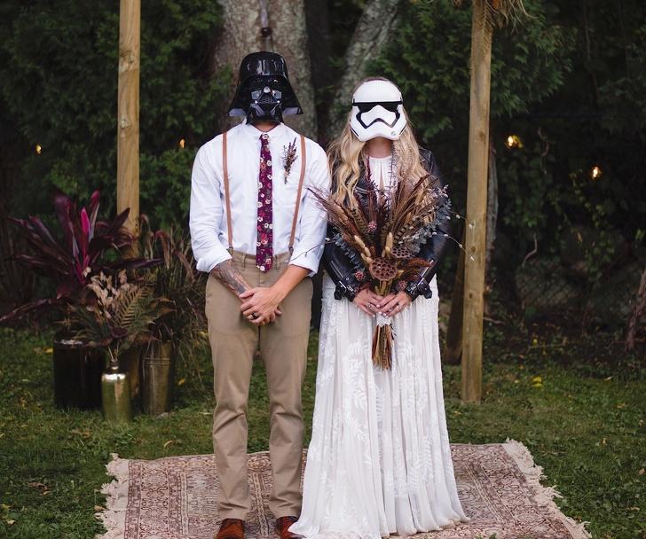 Novios usando mascaras de star wars el día de su boda