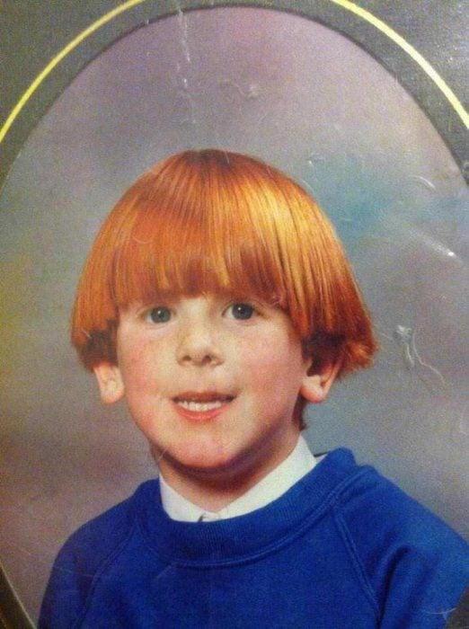 Niño pelirojo usando un sueter azul