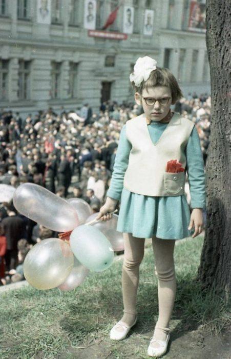 Niña sosteniendo unos globos en la segunda guerra mundial