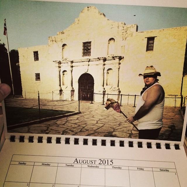 Hombre posando en un calendario como un vaquero en su caballo