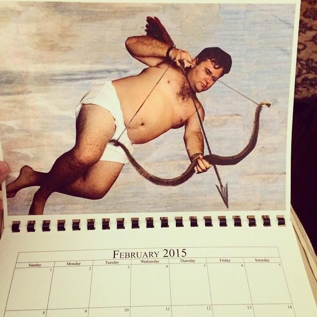 Hombre posando en un calendario como cupido