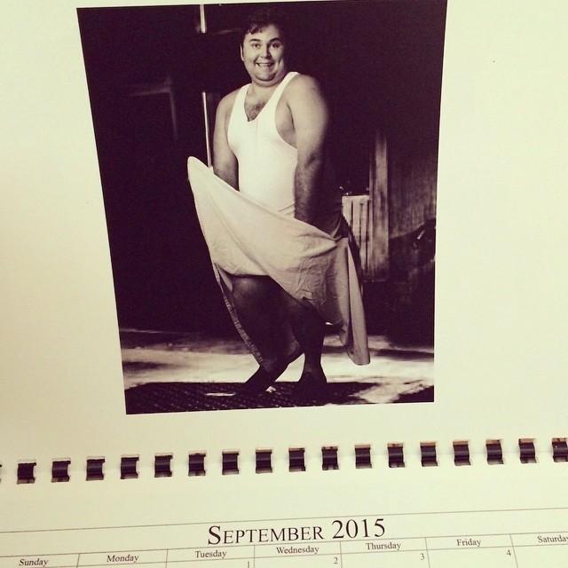 Hombre posando en un calendario como marilyn monroe