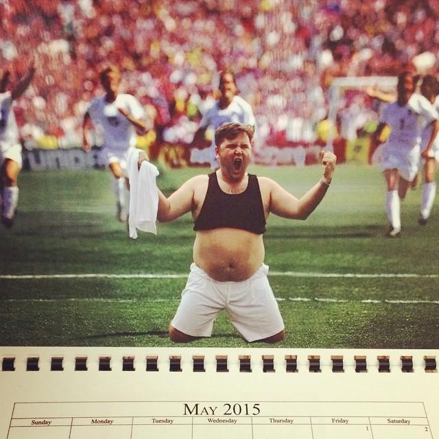 Hombre posando en un calendario como Cristiano Ronaldo