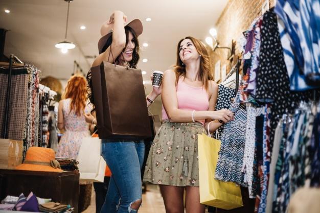 amigas de compras en centro comercial