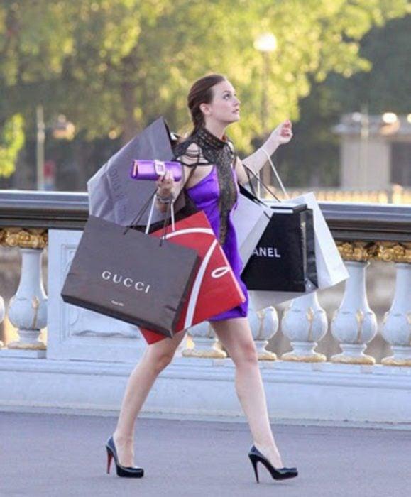 chica llevando bolsas de papel en la manos