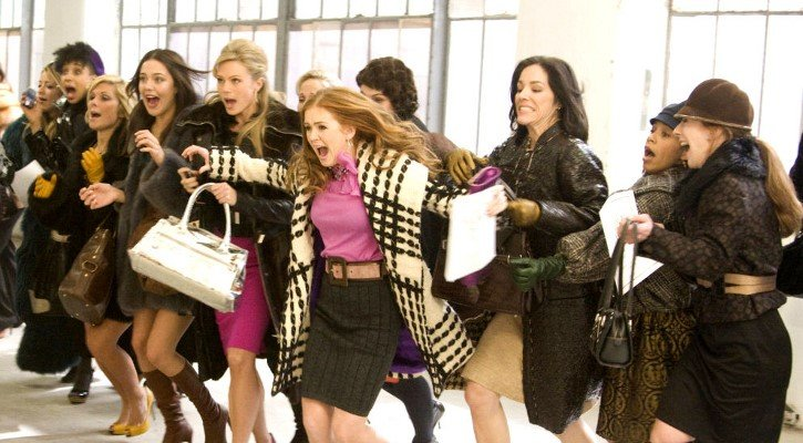 chicas corriendo dentro de un centro comercial