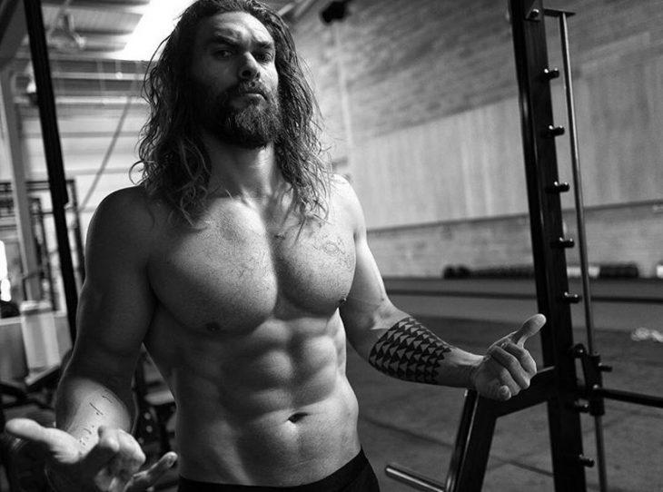 Hombre musculoso de cabello largo en el gimnasio
