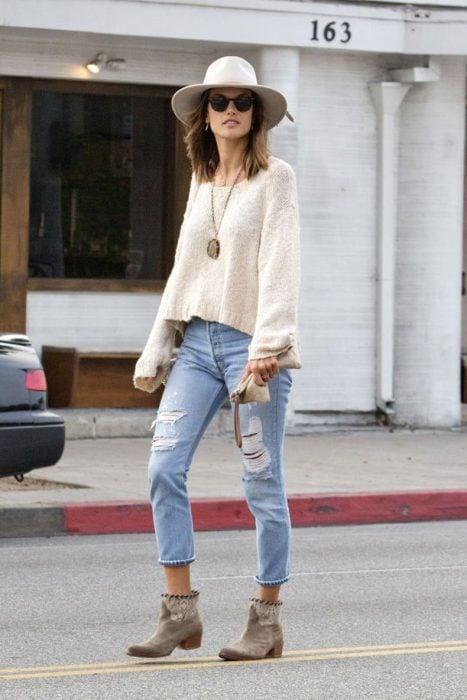 Guía para usar diferentes zapatos con jeans rasgados