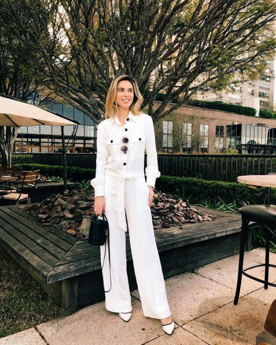 mujer vestida completamente de blanco white total look