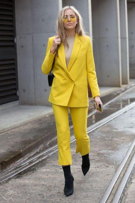 total yellow look mujer vestida de amarillo completamente