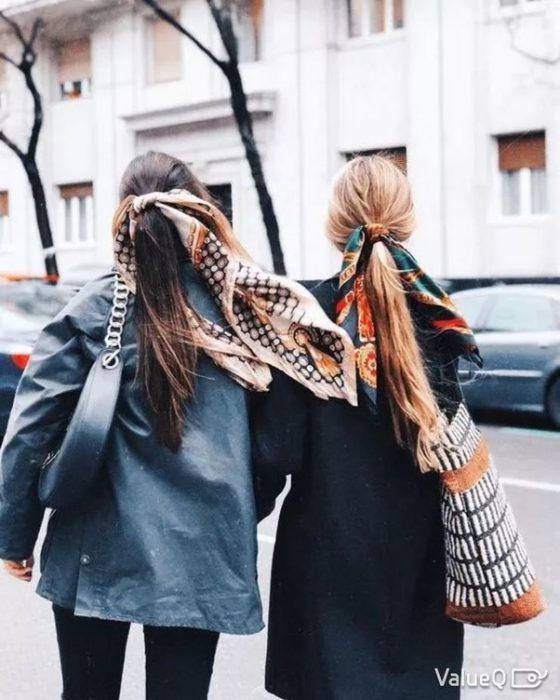 mujeres con pañuelos de seda