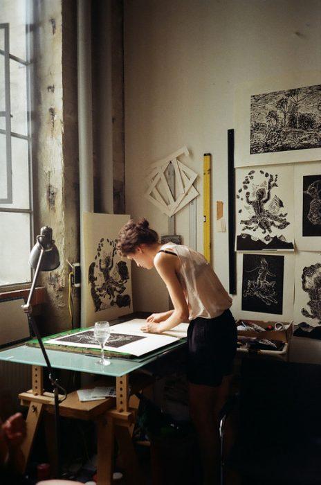 chica dibujando planes de arquitectura