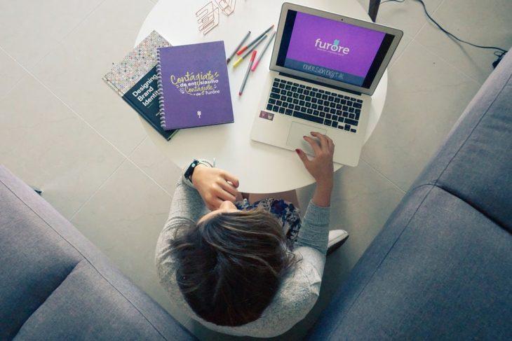 chica trabajando frente a su computadora