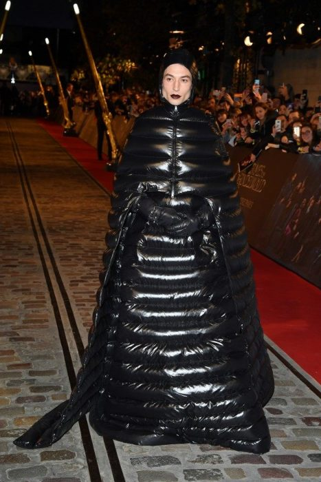 Chico vestido de pies a cabeza con atuendo negro inflable