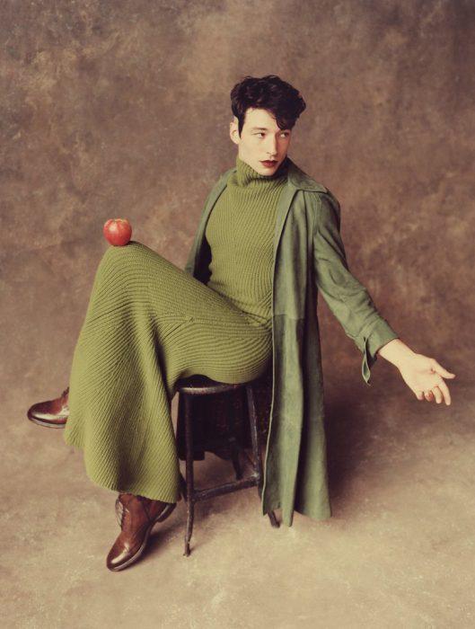 Chico usando un maxivestido verde tejido