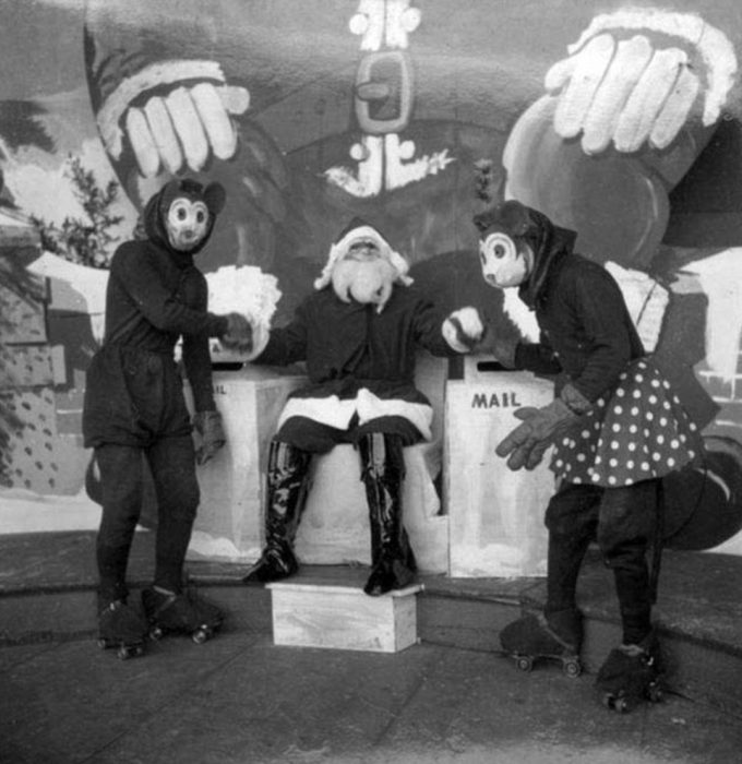 Santa Claus que da miedo al lado de Mickey y Minnie