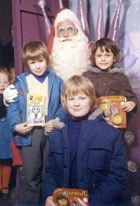 Santa Claus que da miedo junto a cuatro niños