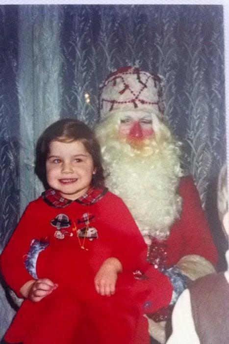 Santa Claus que da miedo cargando a un niño