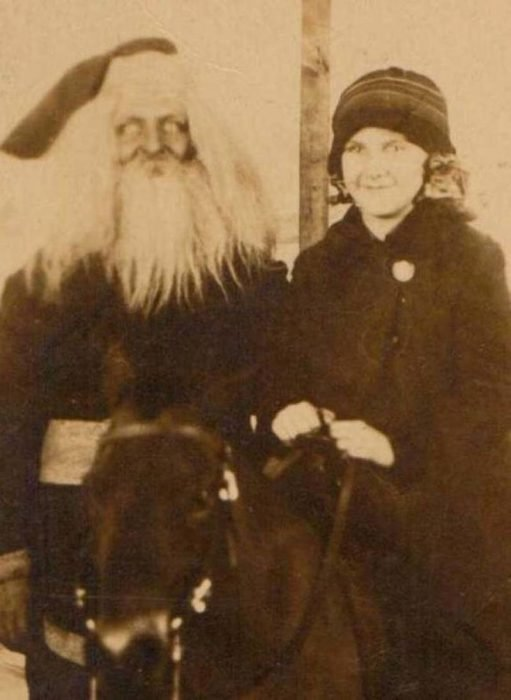 Santa Claus que da miedo al lado d euna mujer