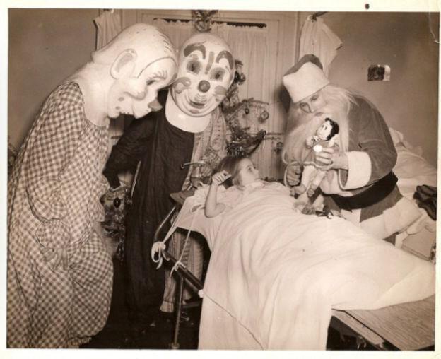 Santa Claus que da miedo visitando a un enfermo en un hospital