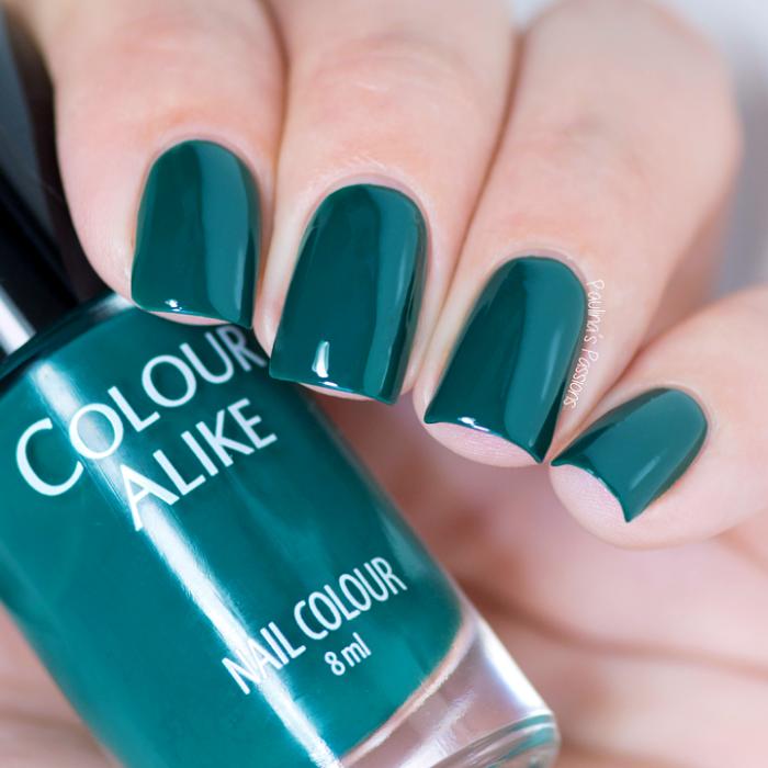 manos de mujer con uñas color verde quetzal