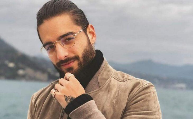 hombre usando gafas con cristales transparentes