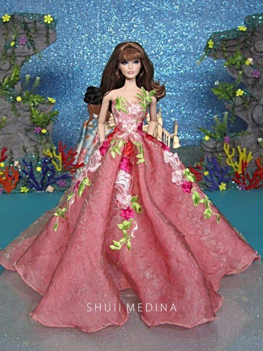 Barbies usando vestidos de gala creados por shuii medina