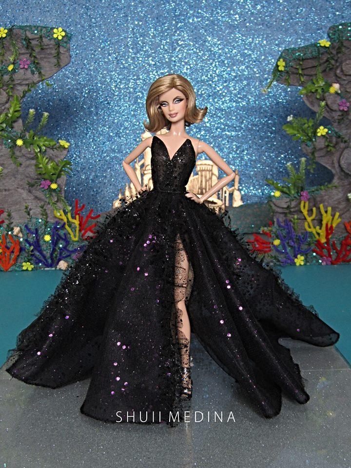4b4994c0c Diseñador está creando vestidos de alta costura para muñecas