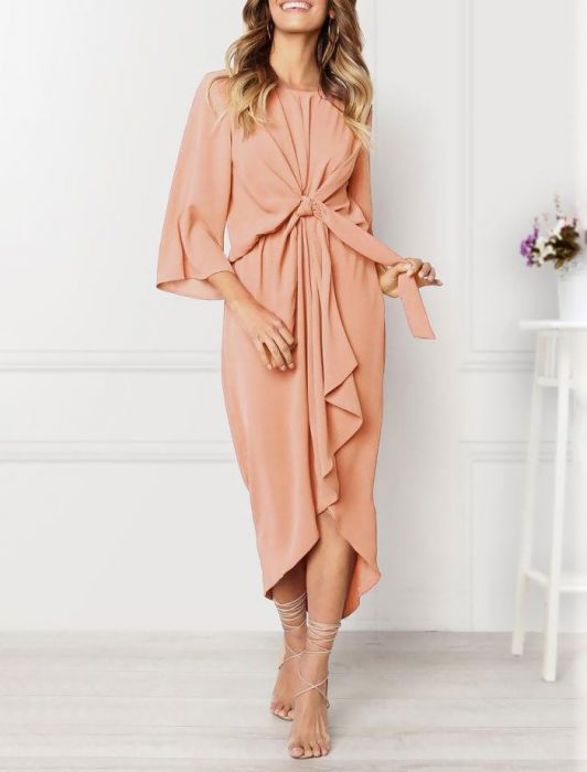 Vestido de color rosa con un corrugado en la parte del centro