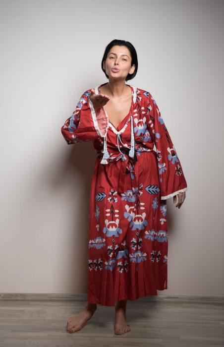 Mujer usando un vestido rojo boho con listones y bordados