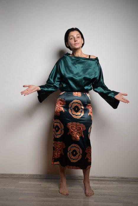 Mujer usando un vestido verde arrugado que compro en interntet