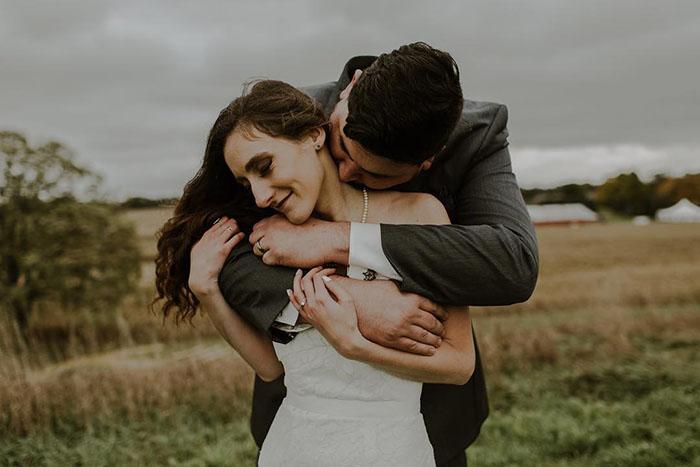 Novio besando el cuello de su futura esposa