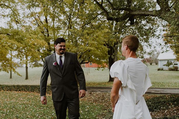Novio viendo a su mejor amigo vestido de novia y llorando