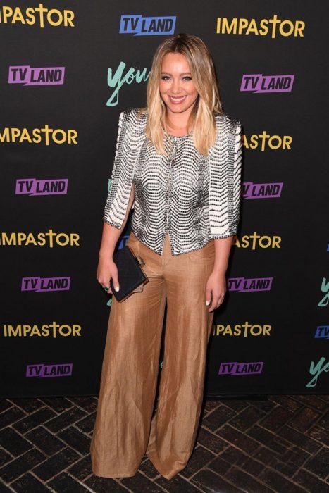 Hilary Duff usando atuendos casuales