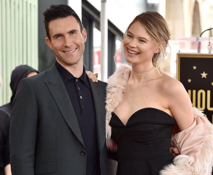 Pareja de esposos vistiendo trajes de gala y sonriendo