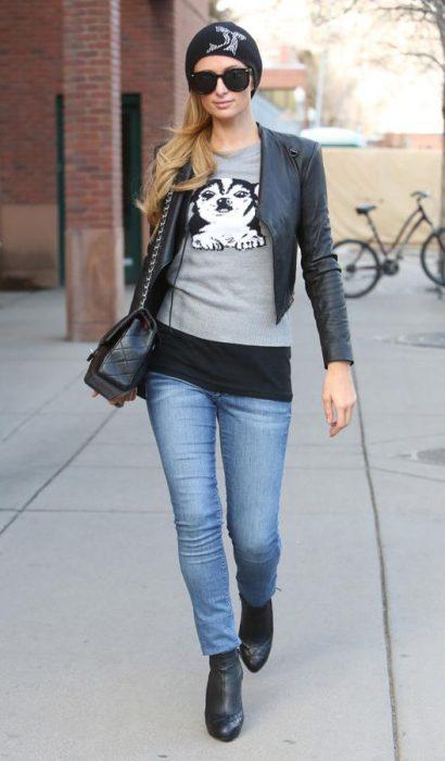 Chica rubia con gorra de invierno caminando por la calle