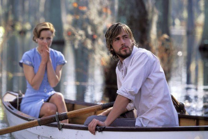 pareja d enovios paseando en bote en un lago