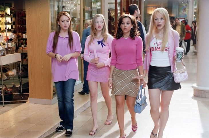 chicas vistiendo prendas de moda color rosa