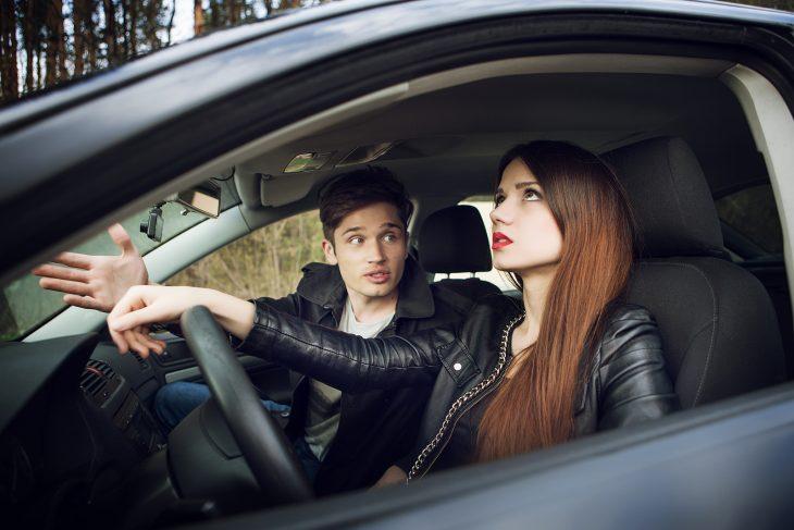 Pareja de novios discutiendo en un carro