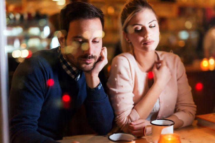 Pareja de novios enojada en un café
