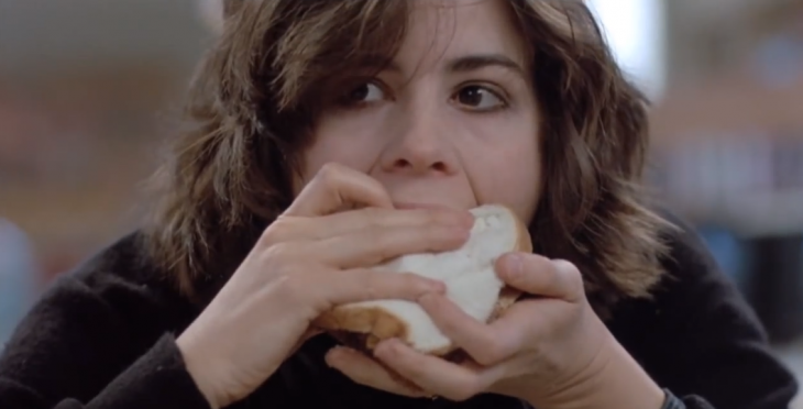Chica comiendo una lonche