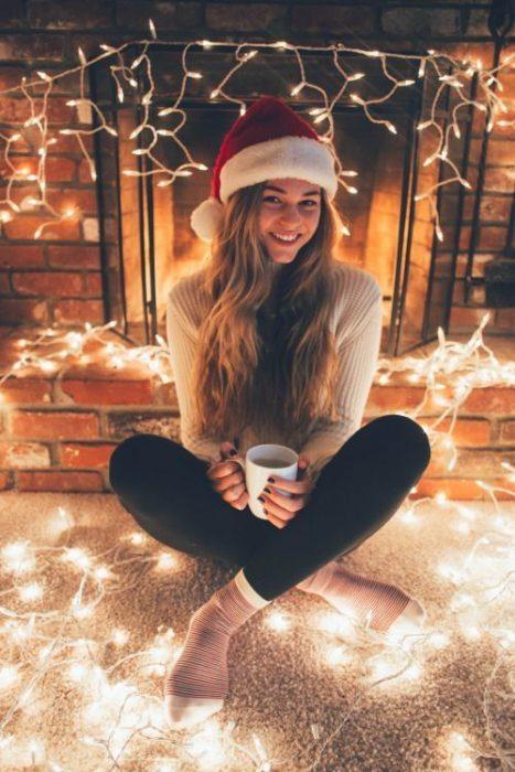 Chica tomando chocolate en navidad