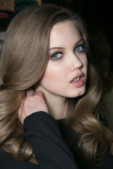 Chica con el cabello rubio dorado cenizo
