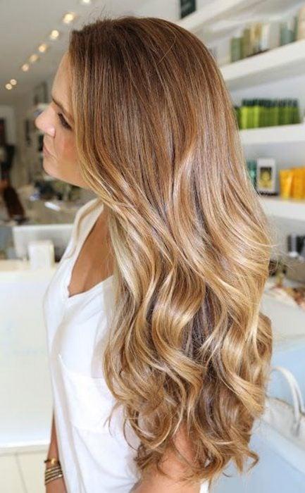 Chica con el cabello de color dorado