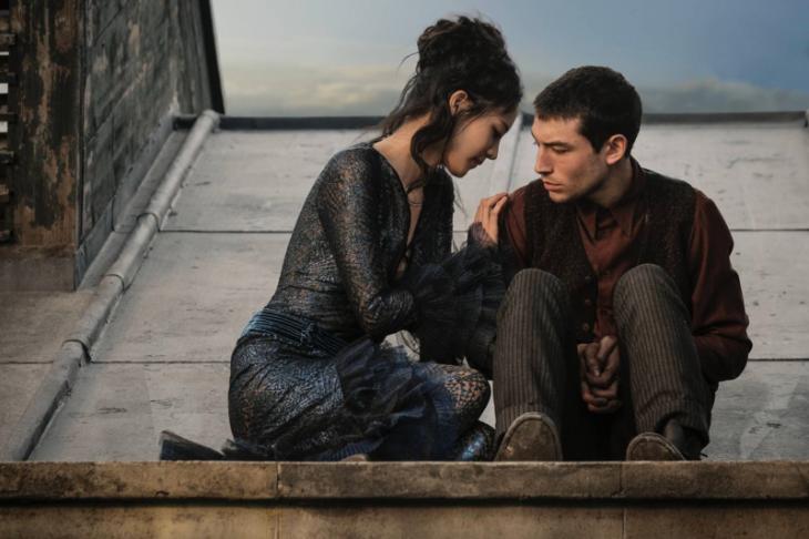 una pareja sobre el tejado