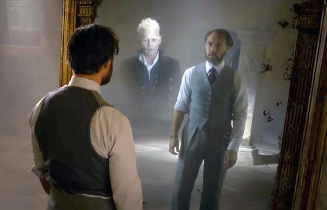 hombre mirándose frente al espejo